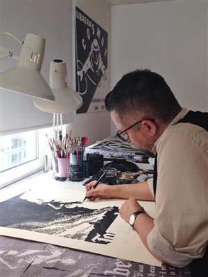 Fernando Bryce bei der Arbeit
